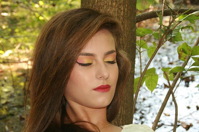 spící dívka u stromu