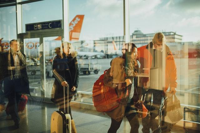 ľudia na letisku.jpg