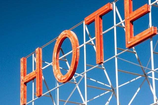 neónový nápis hotel