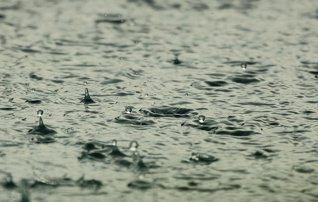 Dážď na vodnej hladine.jpg