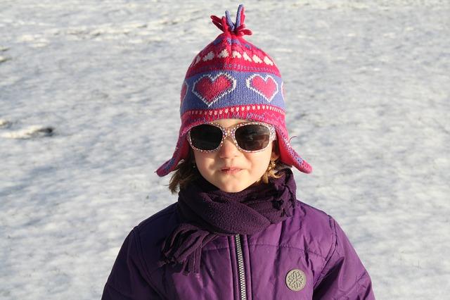 Malé dievča, zimné oblečenie, sneh