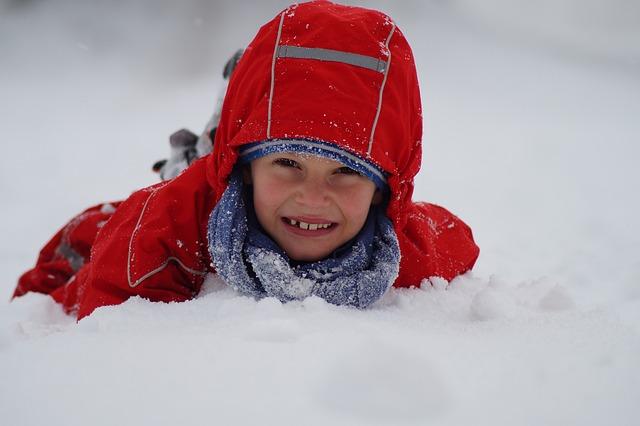 Chlapec v snehu